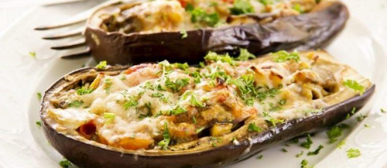 קערות חצילים במילוי גבינות, עגבניות ועשבי תיבול